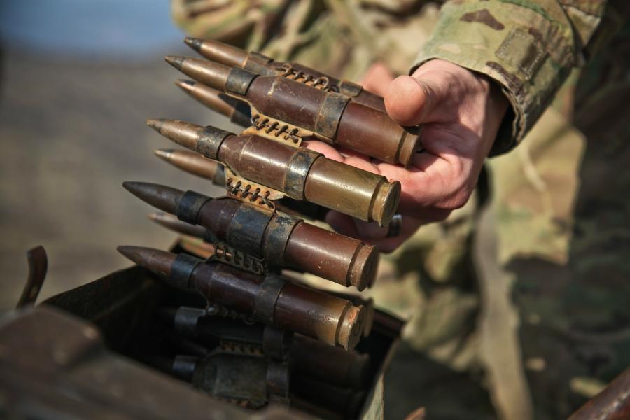 náboje do zbraně v rukou vojáka - to je zbrojařství